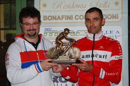 Il vincitore Ivan Verzè premiato dal presidente prov. Fidas Verona, Massimiliano Bonifacio