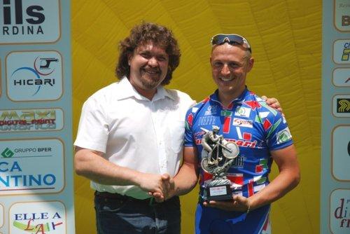 Il vincitore Marco Perina premiato dal presidente provinciale Fidas Verona, Andrea Campara