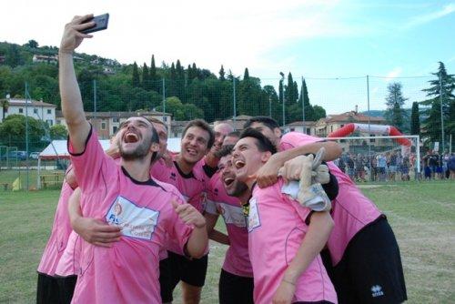 La squadra di Caselle celebra la vittoria con l'immancabile selfie
